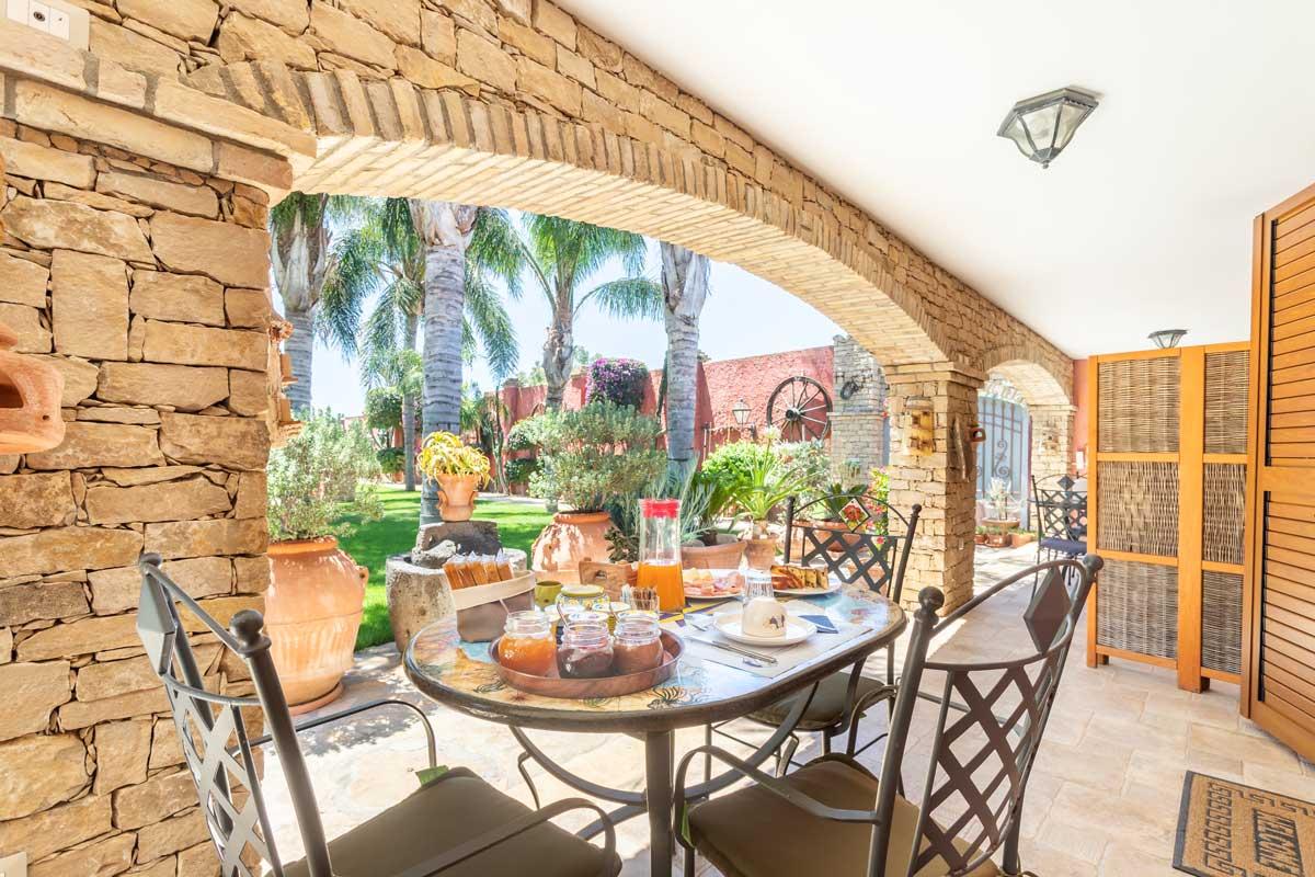 bed-and-breakfast-villa-flumini-breakfast-on-the-veranda