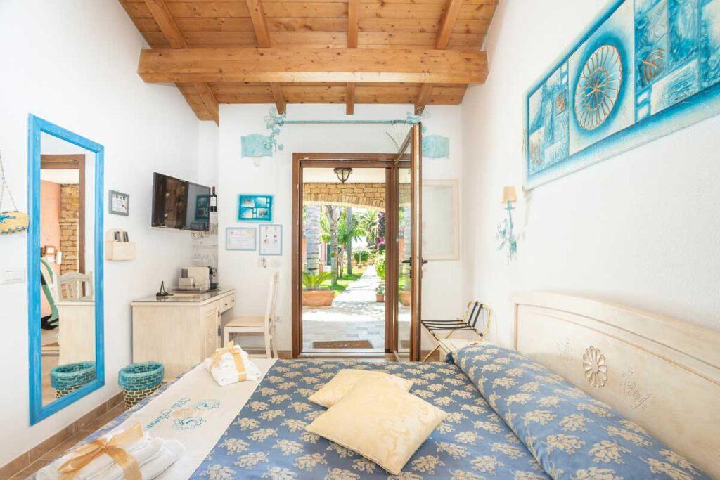 bed-and-breakfast-villa-flumini-camera-celeste-con-vialetto-sullo-sfondo