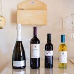 bed-and-breakfast-villa-flumini-bottiglie-di-vino-bianco-e-vino-rosso